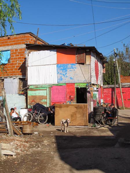 La Nación | Ordenan dar servicio de luz a la villa 21-24